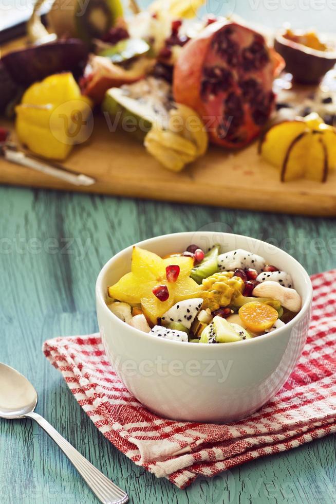 Ensalada de frutas tropicales exóticas en un tazón foto
