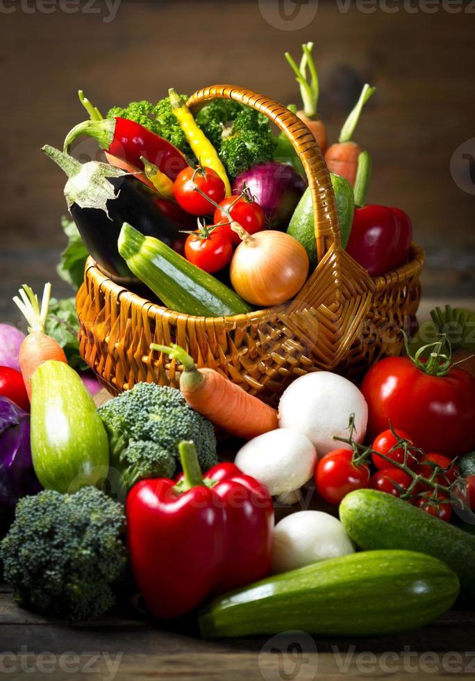 verduras orgánicas frescas en la canasta foto
