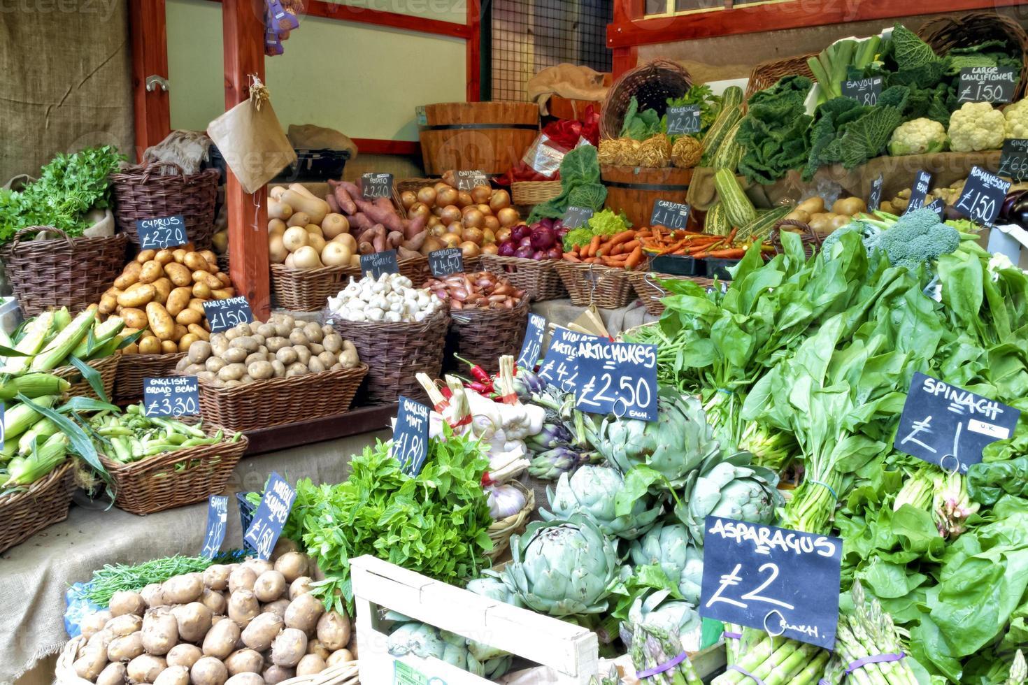 verduras en un puesto de mercado de agricultores foto