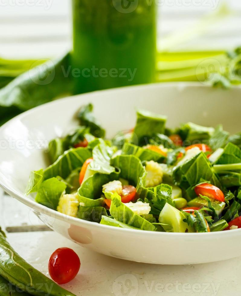 ensalada fresca y batidos verdes foto