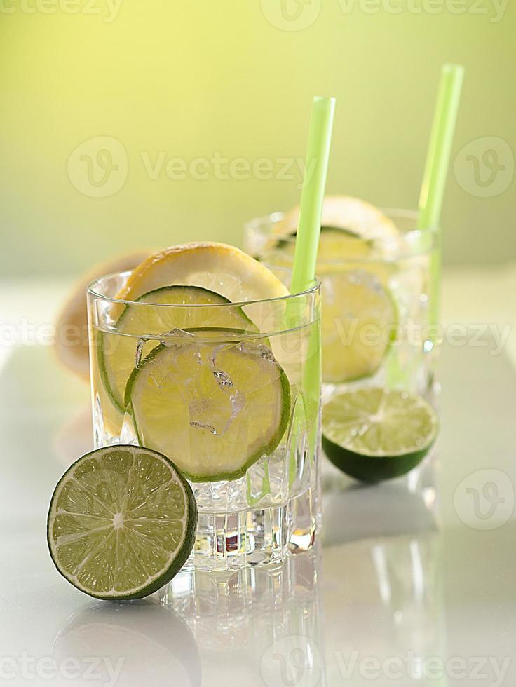 cocktail mit limetten und zitronen foto