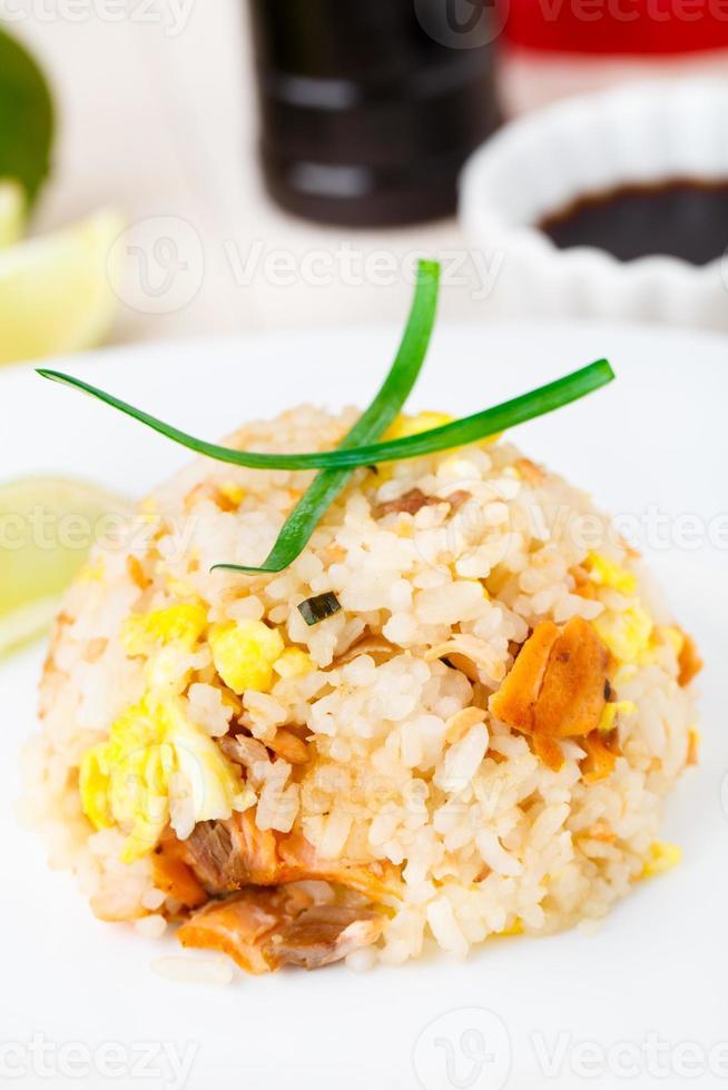 arroz frito con salmón foto