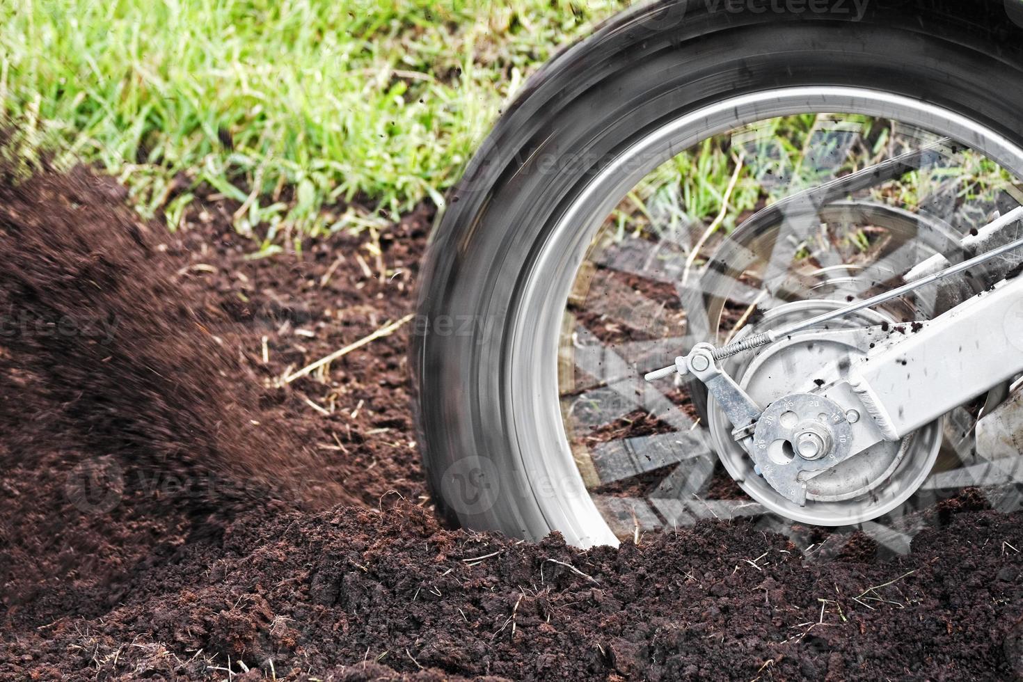 neumático de bicicleta de tierra foto