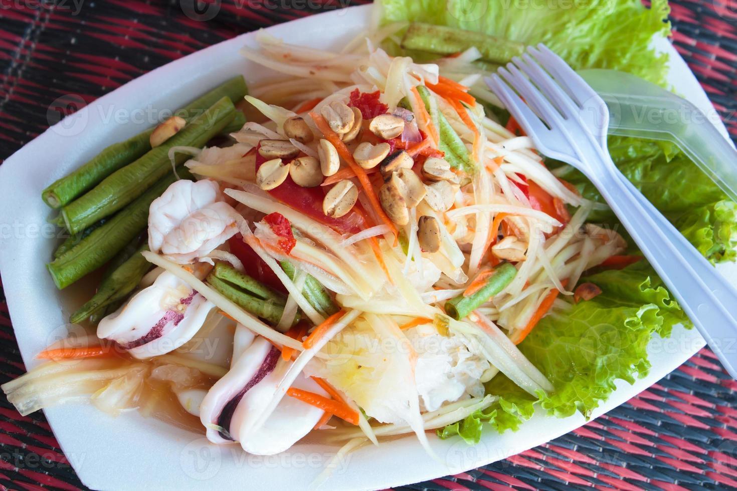 Ensalada de papaya marisco, comida tailandesa. foto