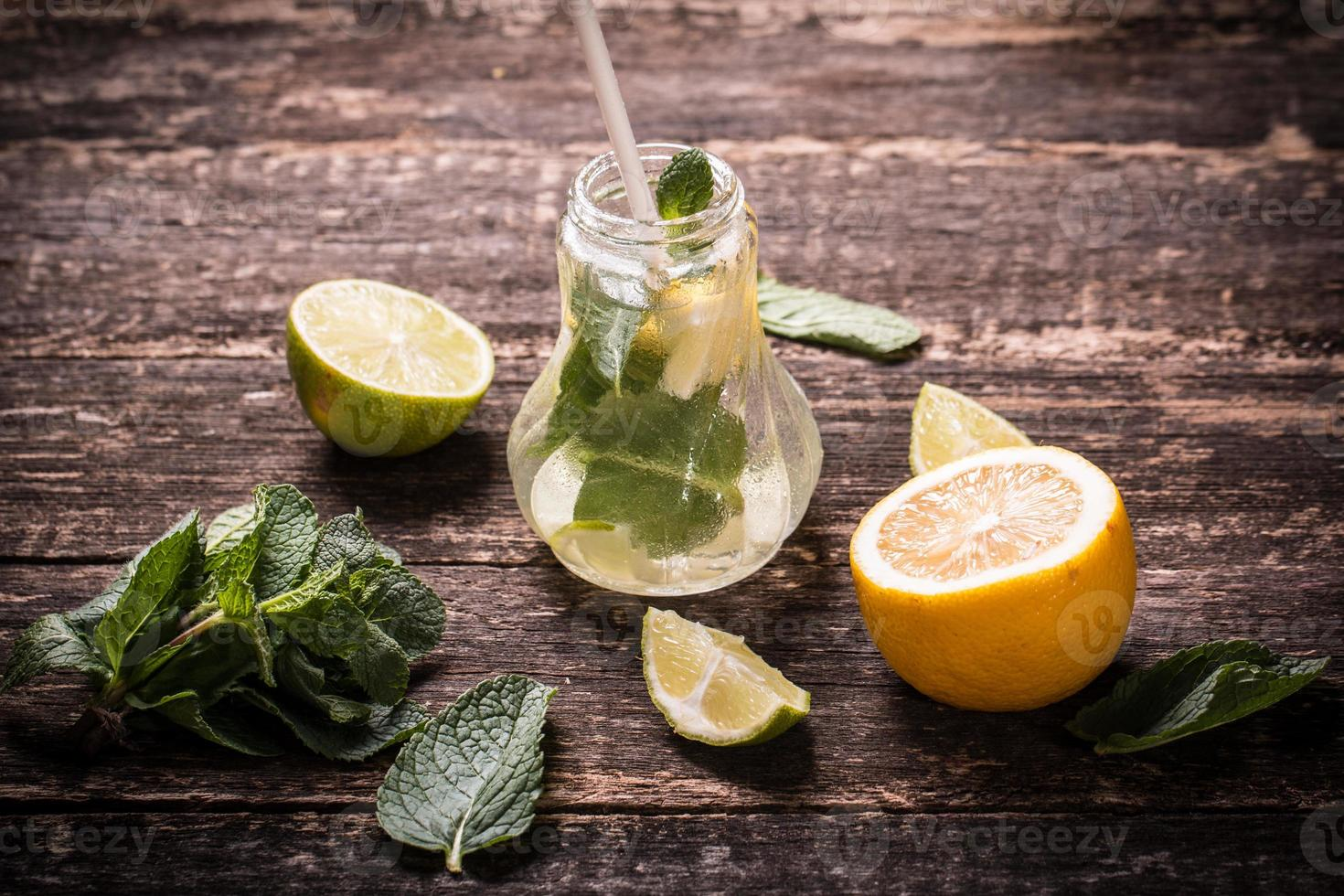 bebida fresca con limón y menta foto