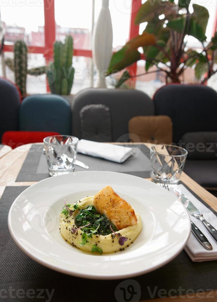 filete de bacalao negro frito en la mesa de restaurante foto
