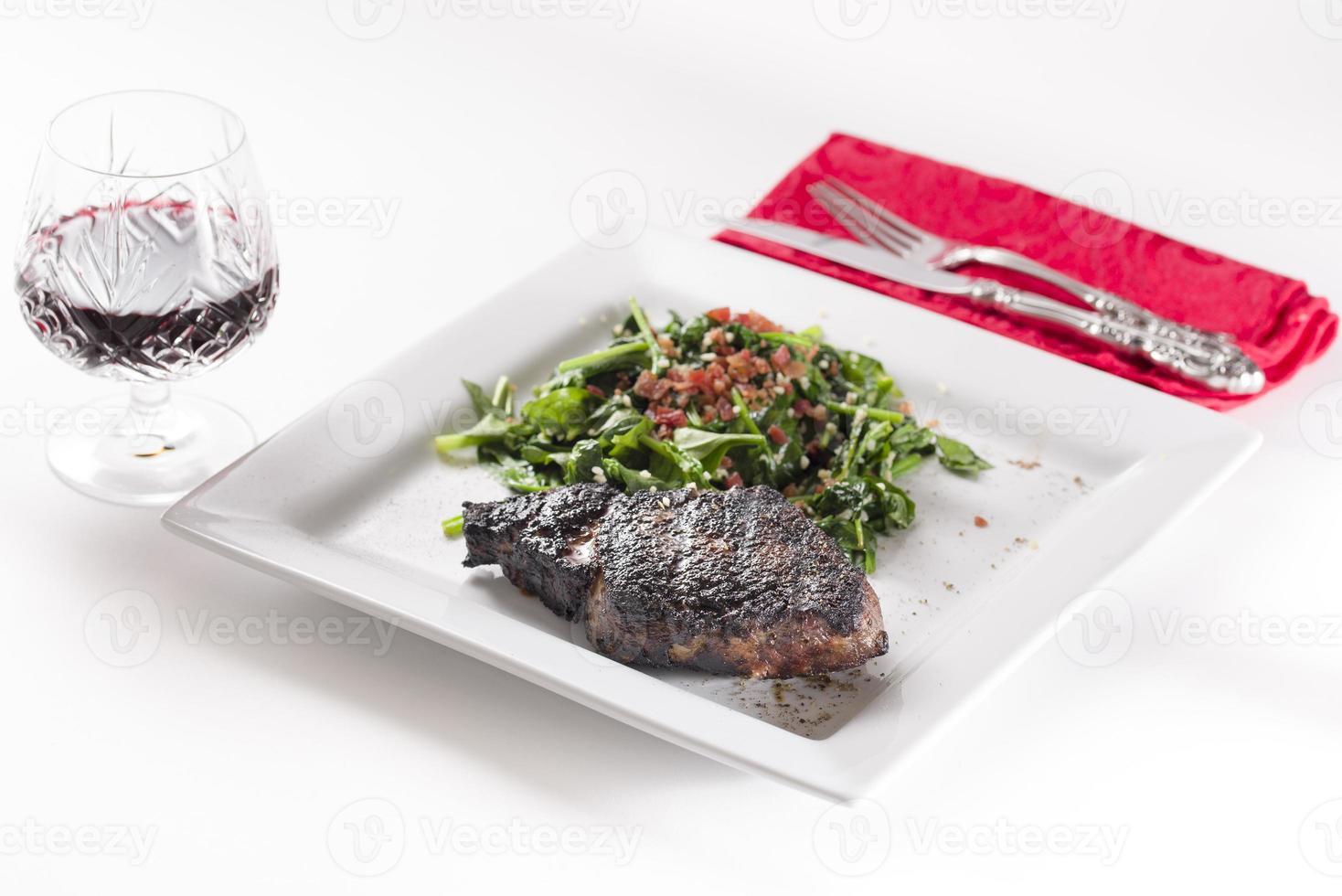 Filete de chuletón recién chamuscado servido con vino tinto foto