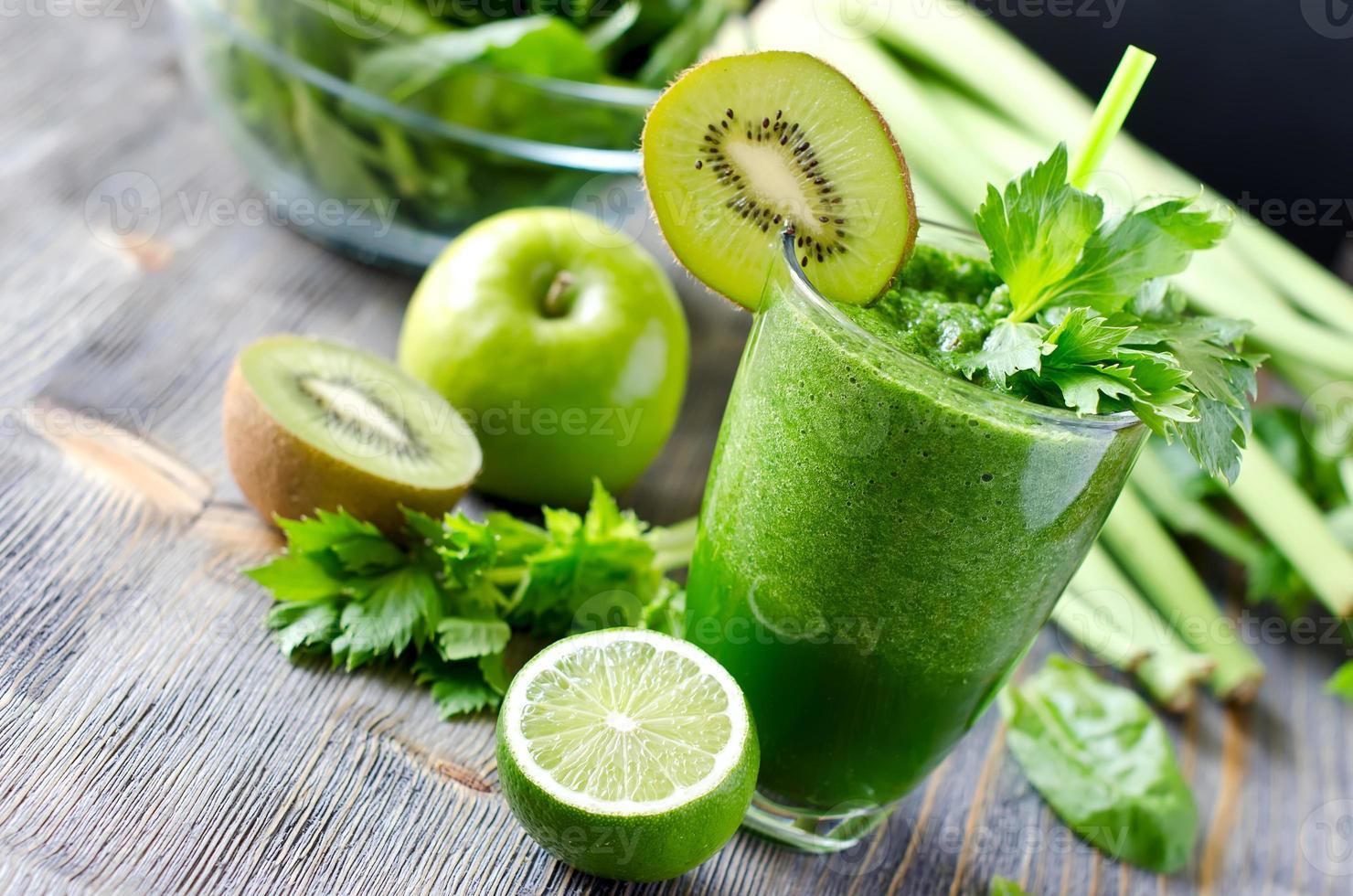bebida saludable batido verde con espinacas y apio foto