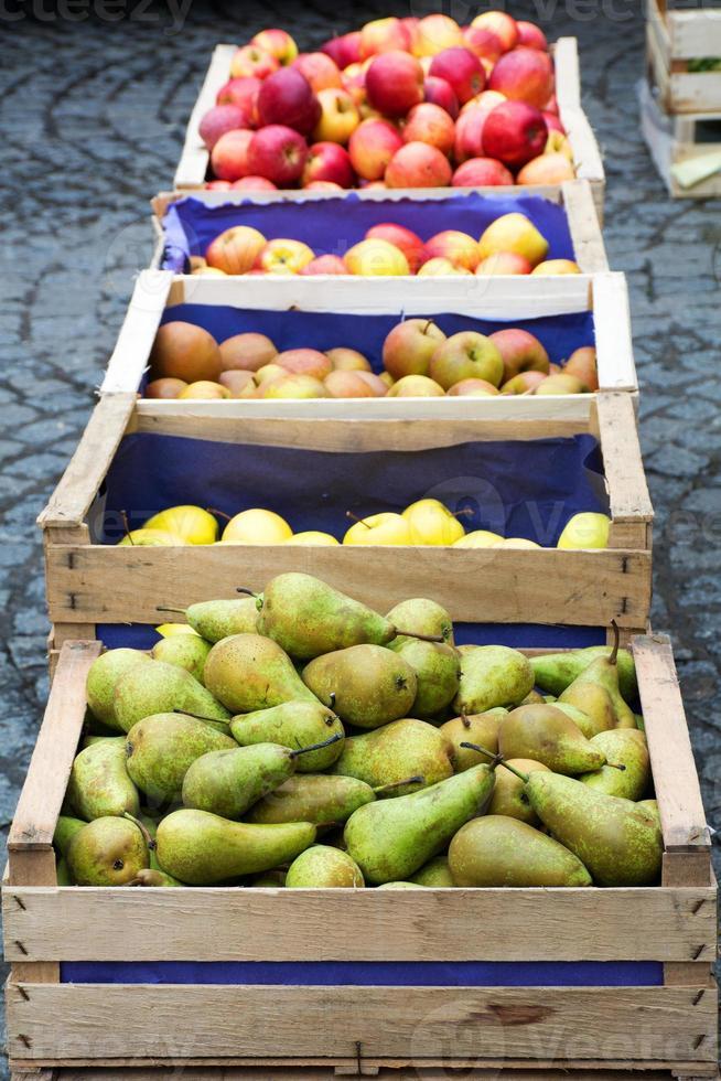 cajas de madera con peras y manzanas foto