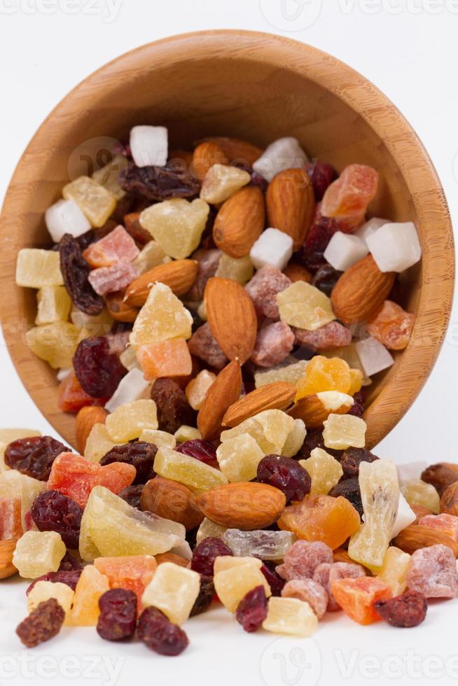 frutas secas y nueces en un tazón de bambú foto