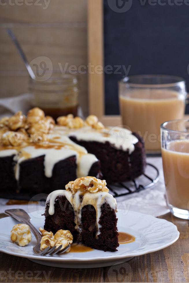 pastel de chocolate con glaseado de crema y caramelo foto