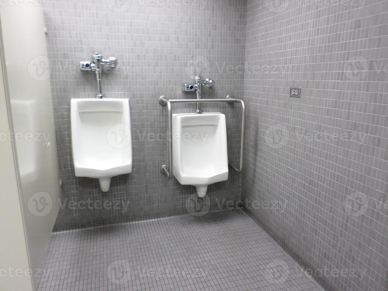 urinarios en baños públicos foto
