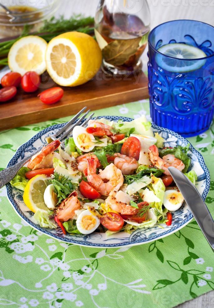 ensalada fresca de camarones, huevos y verduras foto