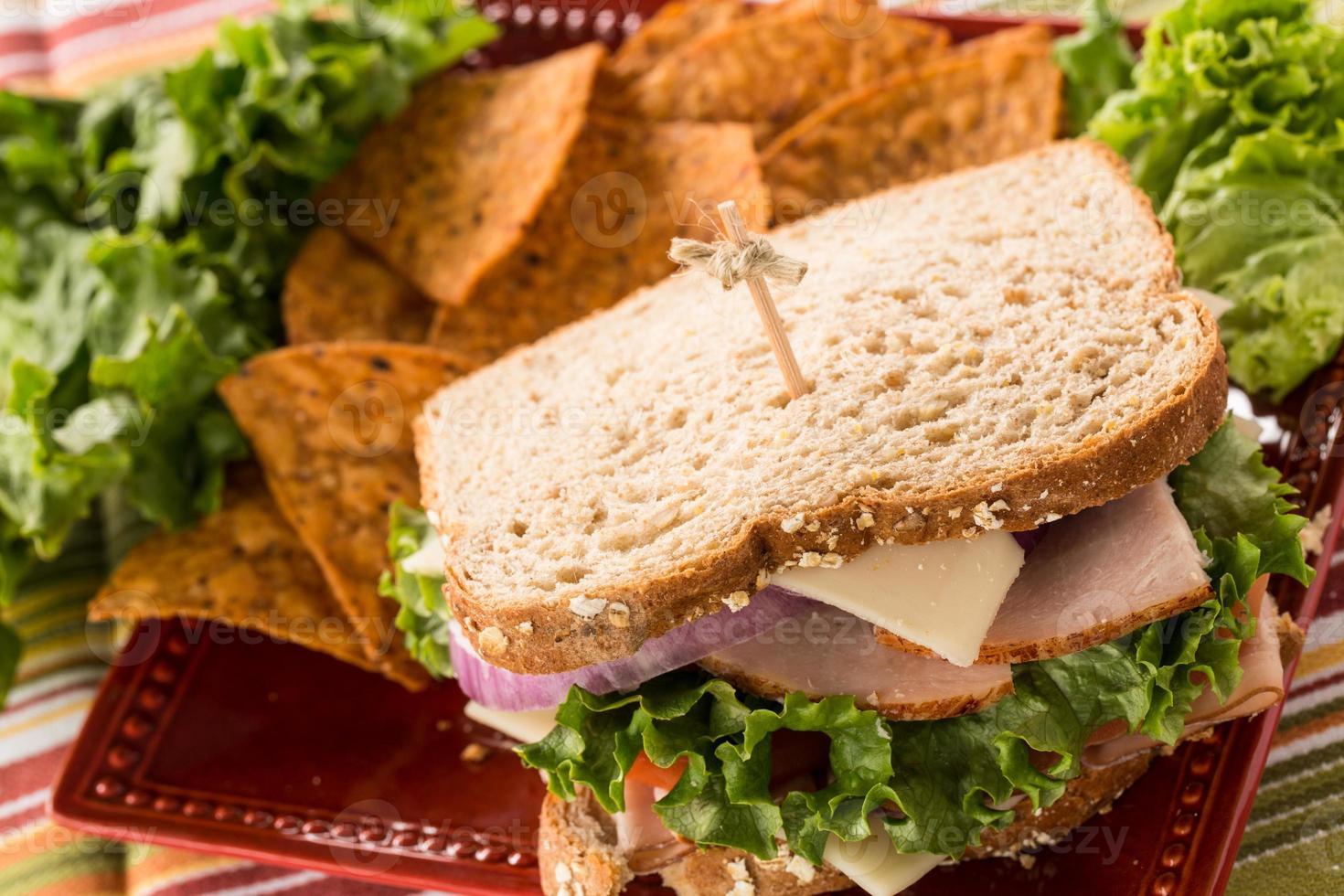 delicioso almuerzo saludable sándwich pavo jamón y lechuga foto