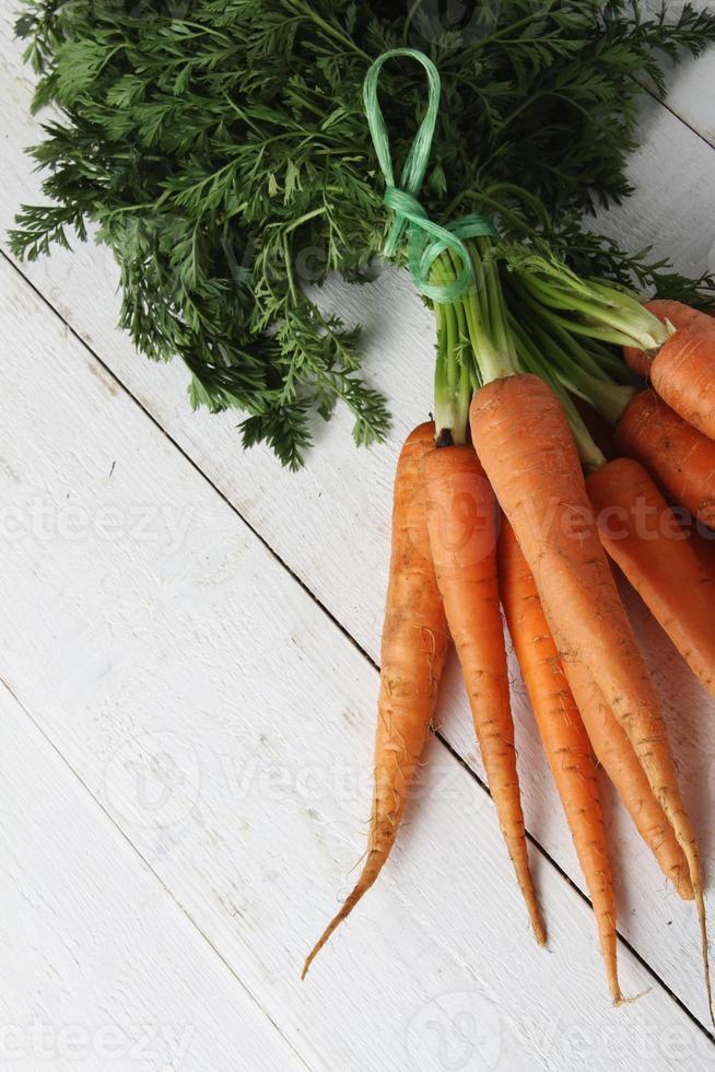 zanahorias frescas en racimo atado foto