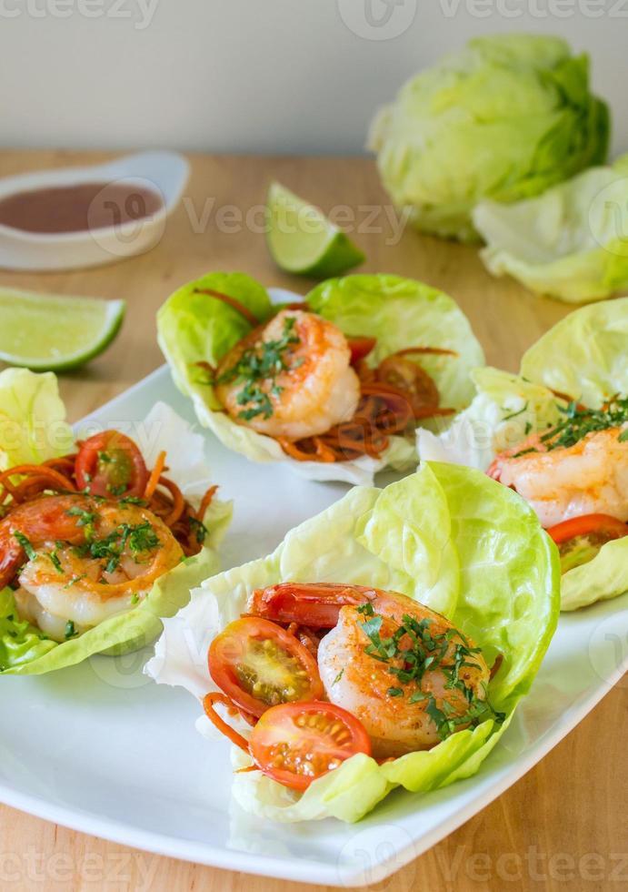 envoltura de lechuga de camarones asiática saludable foto