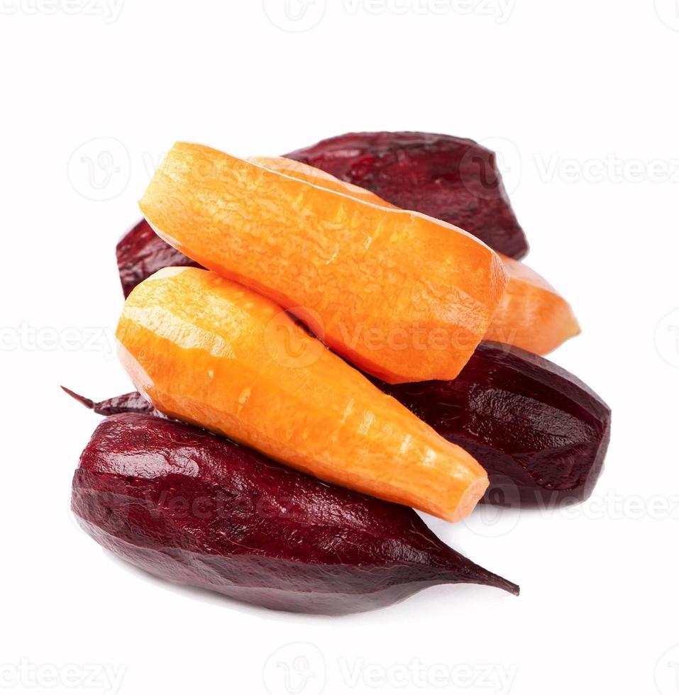 remolacha y las zanahorias peladas de una cáscara foto