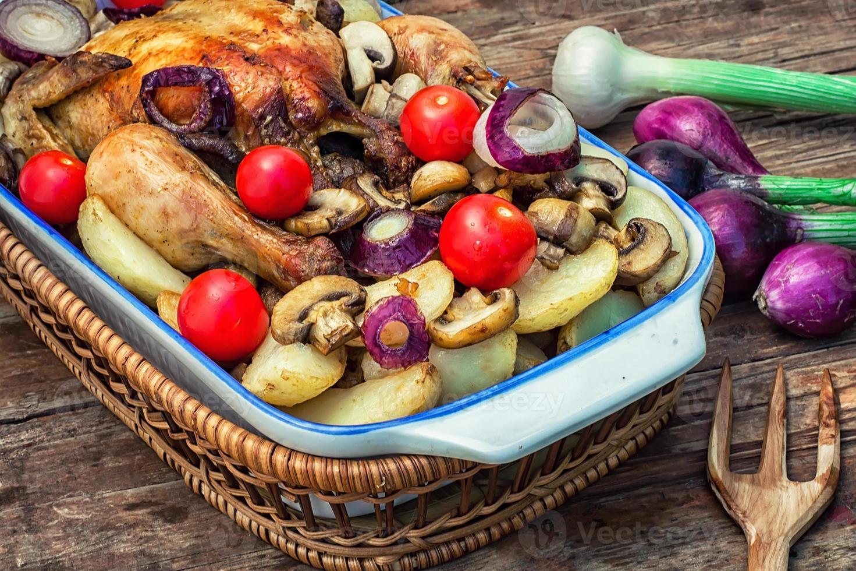 gebakken hele kip in groenten foto