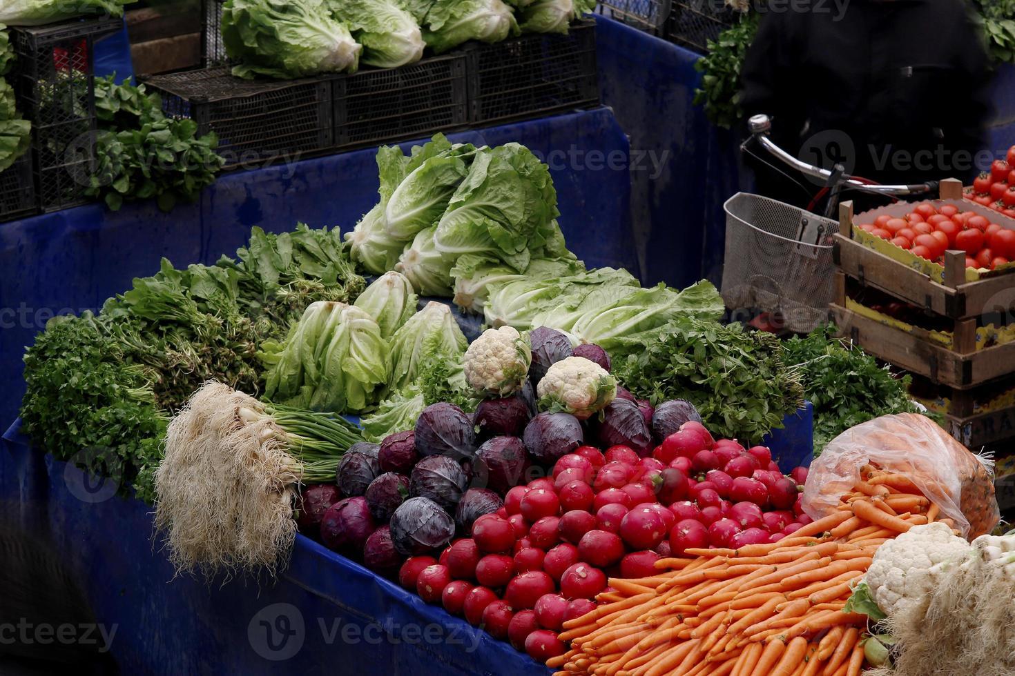 verduras y frutas en el tradicional bazar turco de comestibles. foto