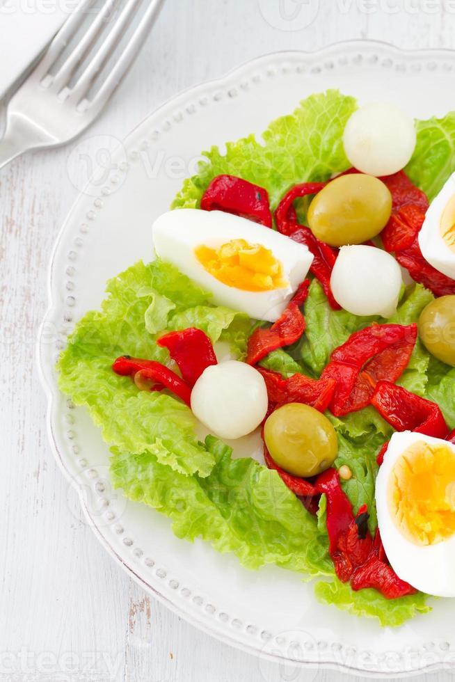 ensalada de verduras con huevo en plato foto