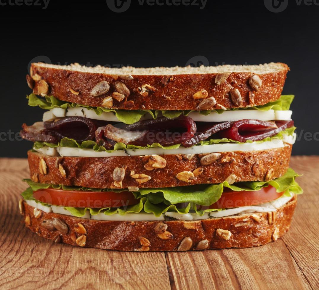 sandwich sobre fondo de madera foto