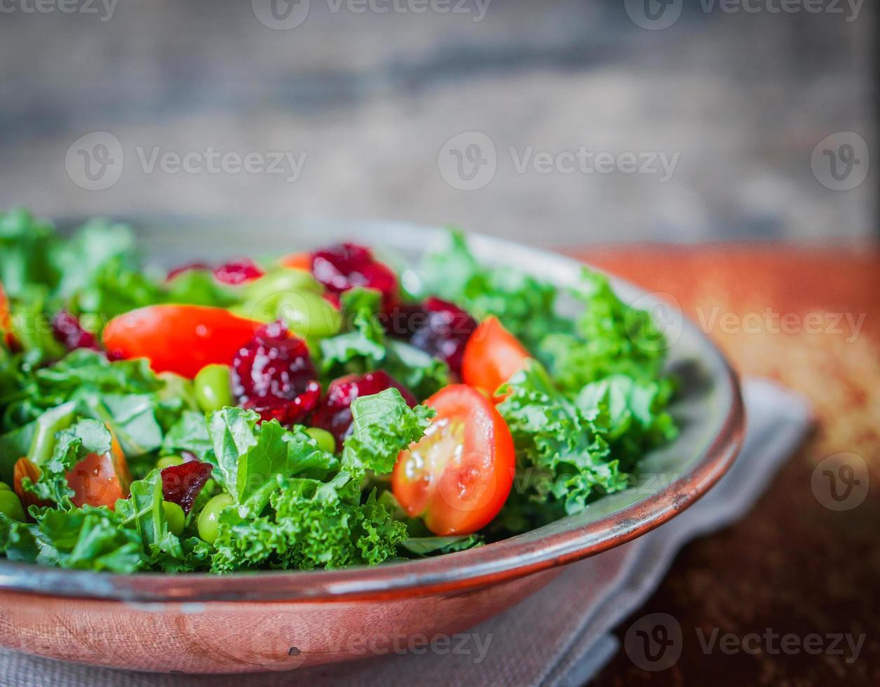 boerenkool en edamame salade op rustieke achtergrond foto