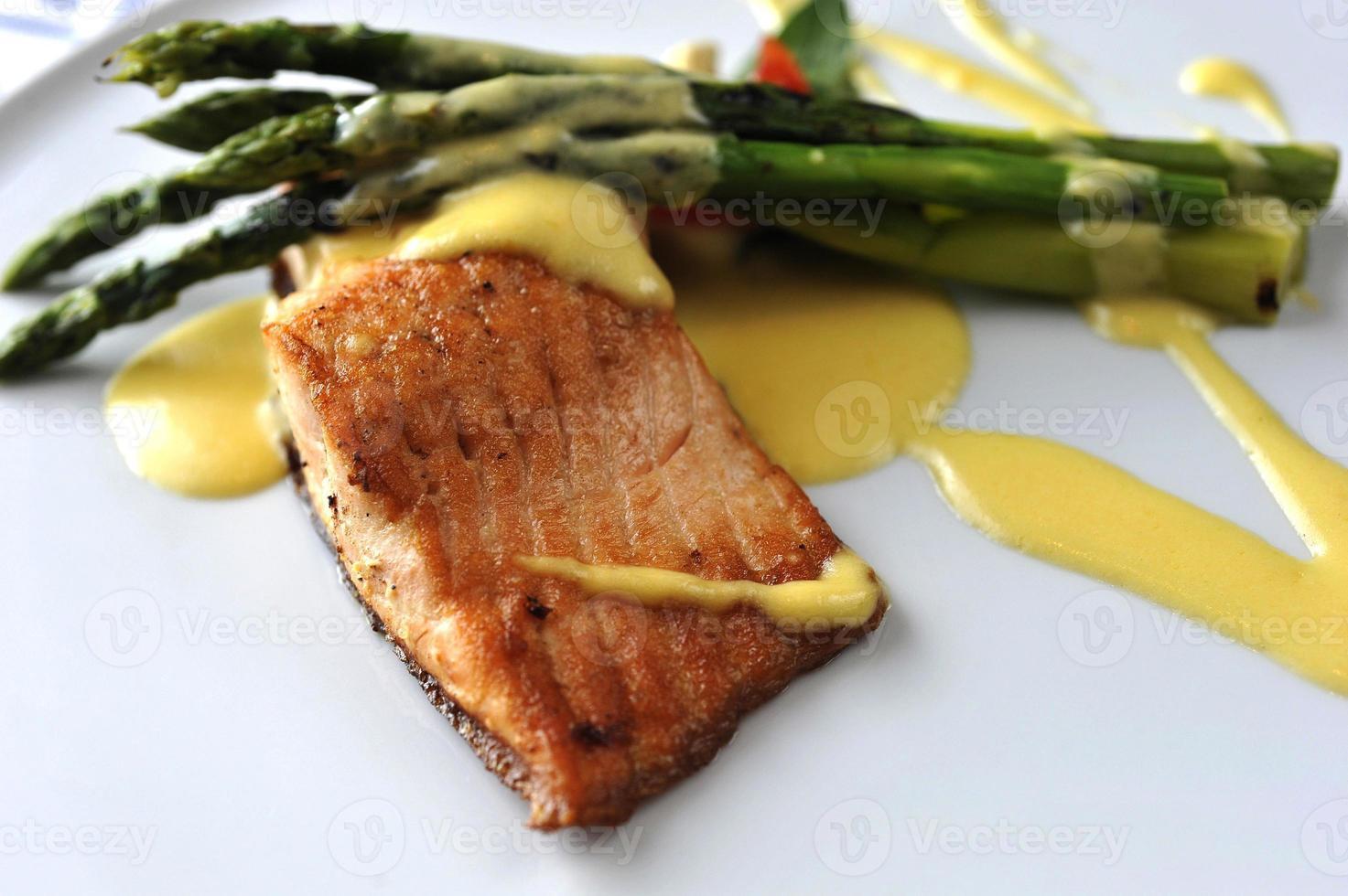 salmão assado e aspargos foto