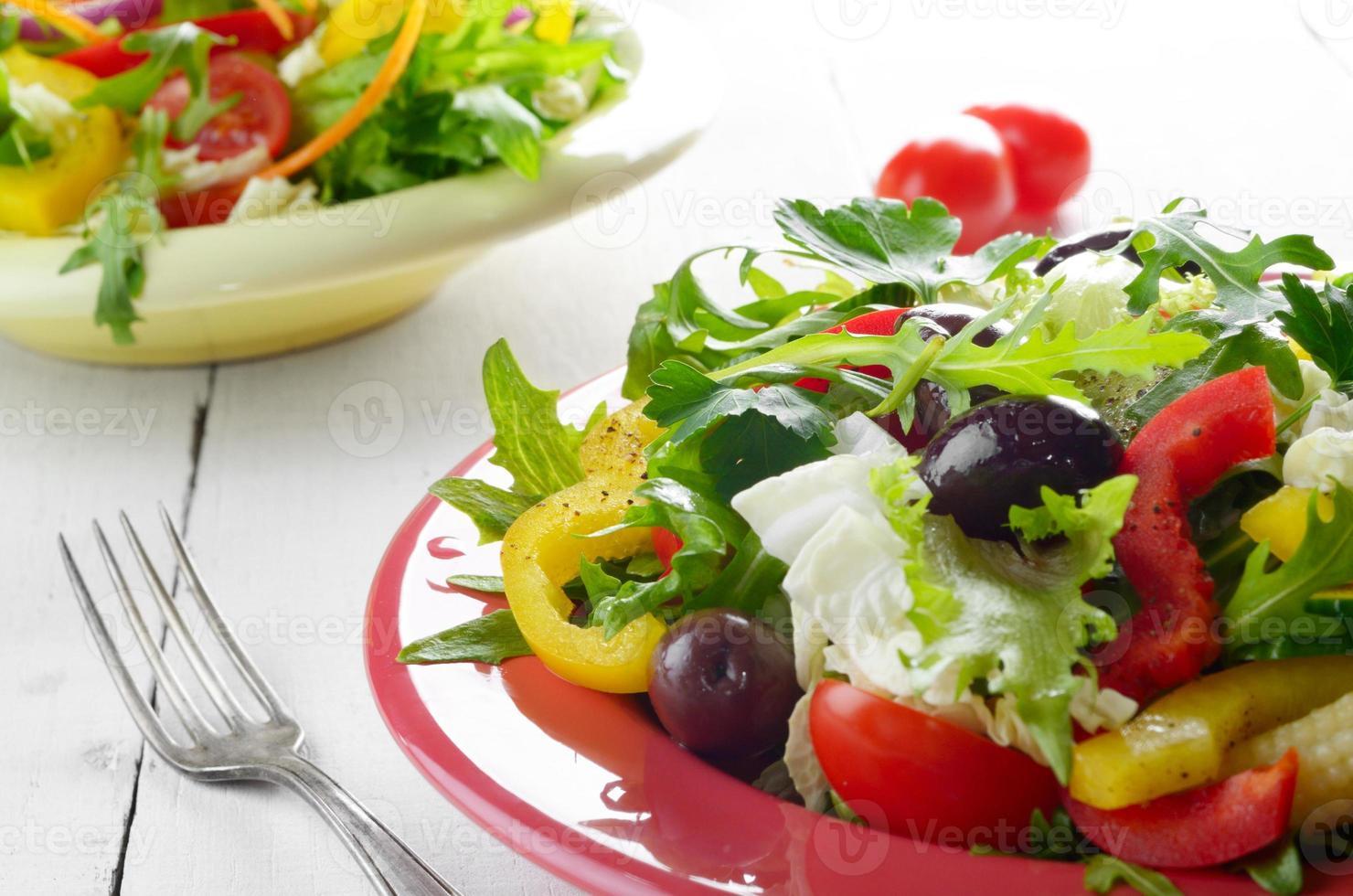 ensalada orgánica fresca de vegetales saludables foto