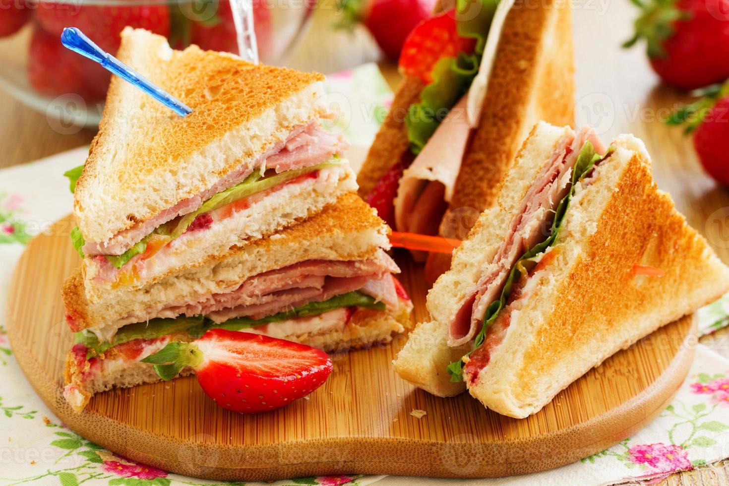sandwich de pavo dietético y fresa. foto
