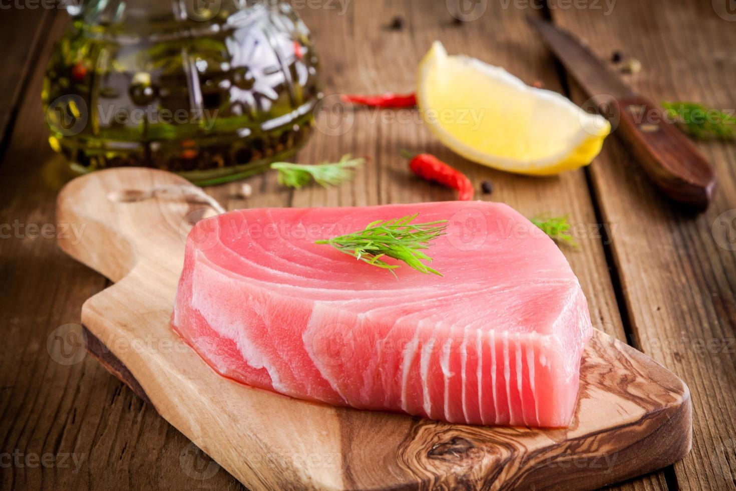 filete de atún crudo con eneldo, limón y aceite de oliva foto