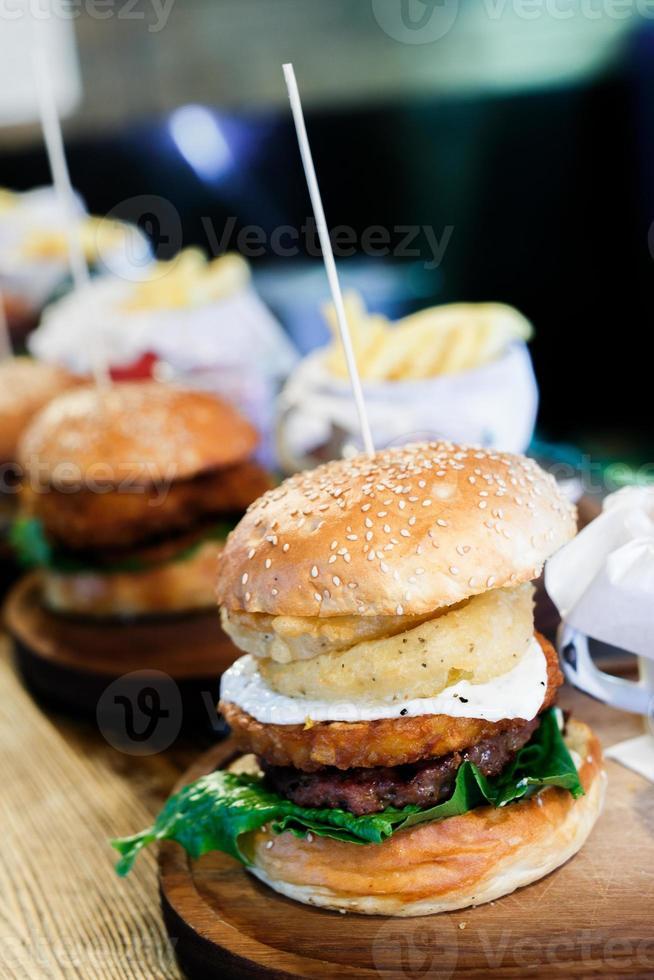 Primer plano de hamburguesa casera con papas fritas foto