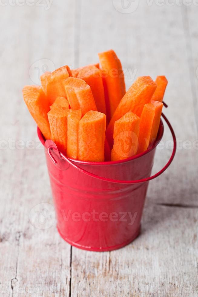 Zanahoria Fresca En Rodajas En Cubo Rojo Foto De Stock También se pueden obtener en los cultivos de las aldeas. vecteezy