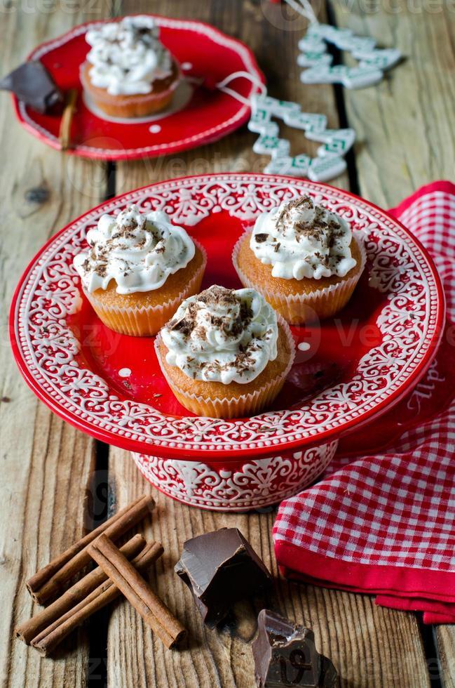 cupcakes navideños con crema batida y chocolate foto