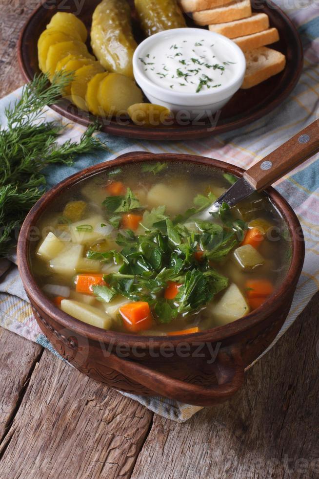 sopa de pepino polaco en primer plano de la mesa. vertical foto