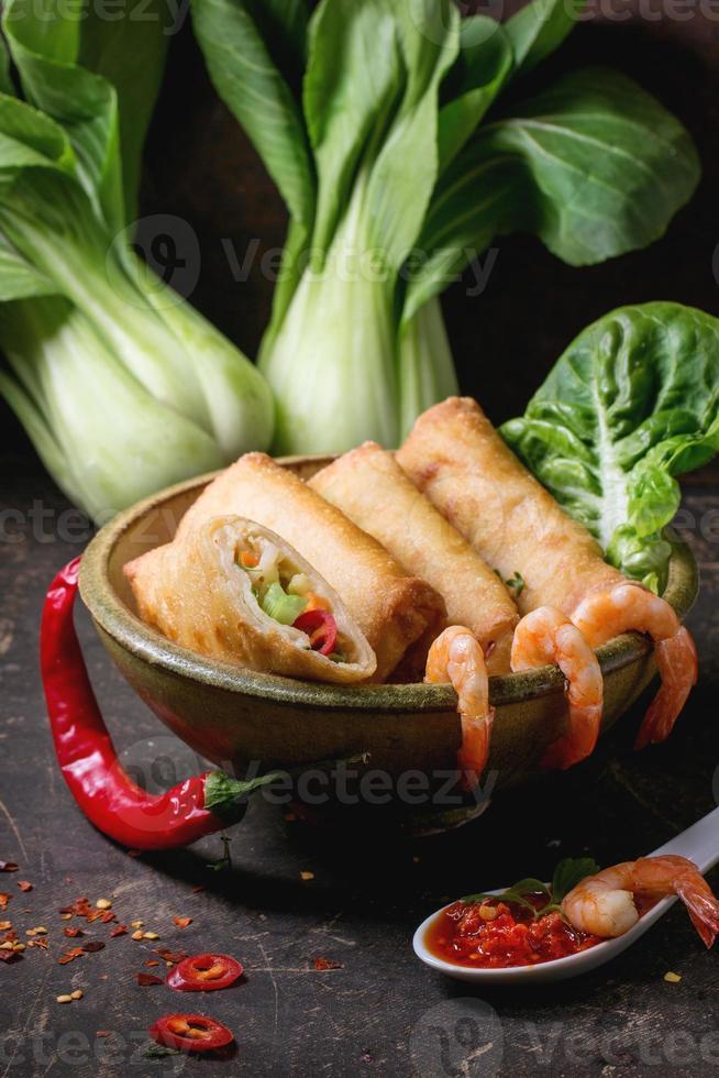 rollitos de primavera con verduras y gambas foto