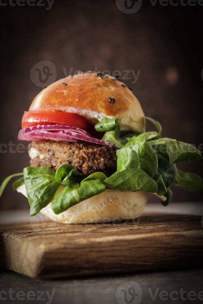 hamburguesa vegetariana casera en un bollo semillas de sésamo de cerveza. foto