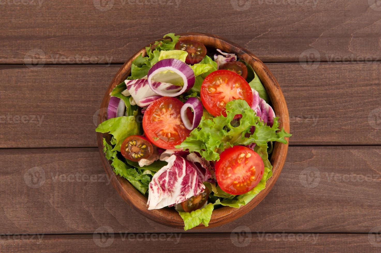 Ensalada de vegetales frescos en un tazón foto