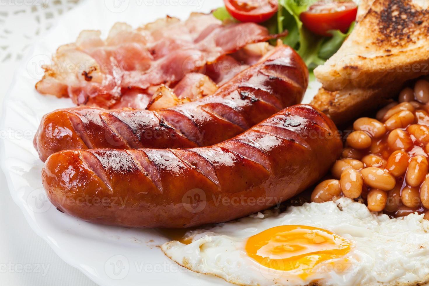 desayuno inglés completo con tocino, salchichas, huevo y frijoles foto