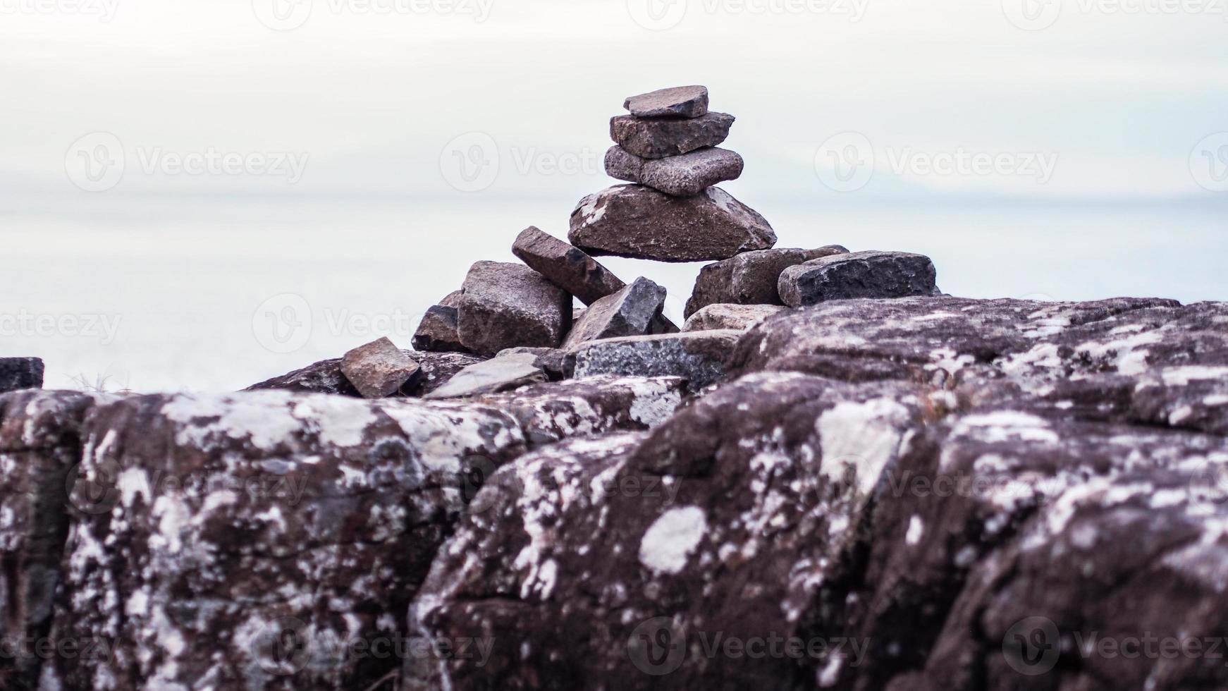 pila de rocas y guijarros foto