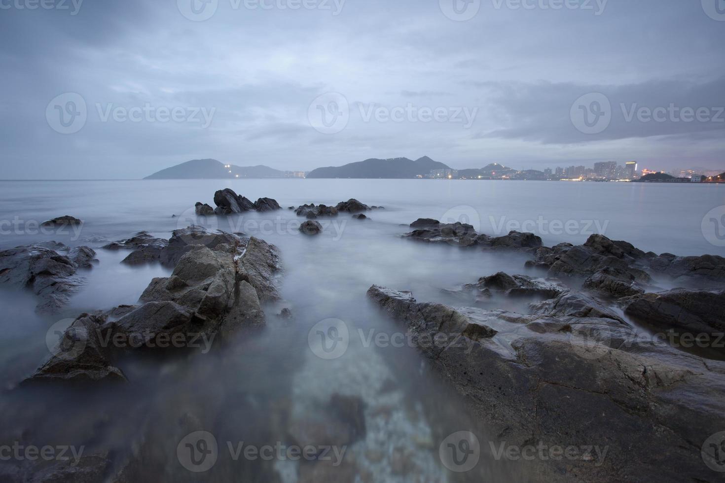 rocas en la costa foto