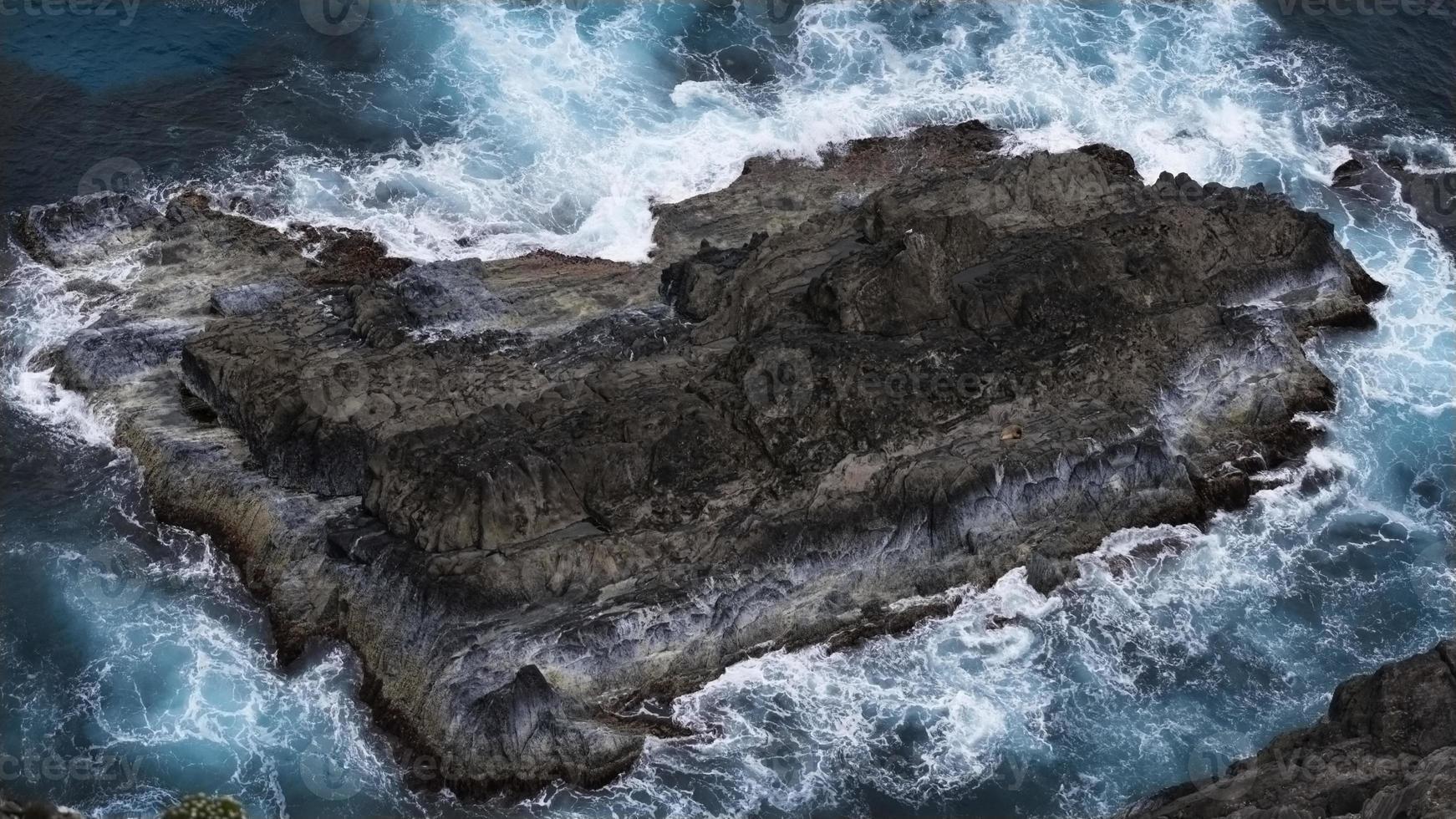 roca en el océano foto