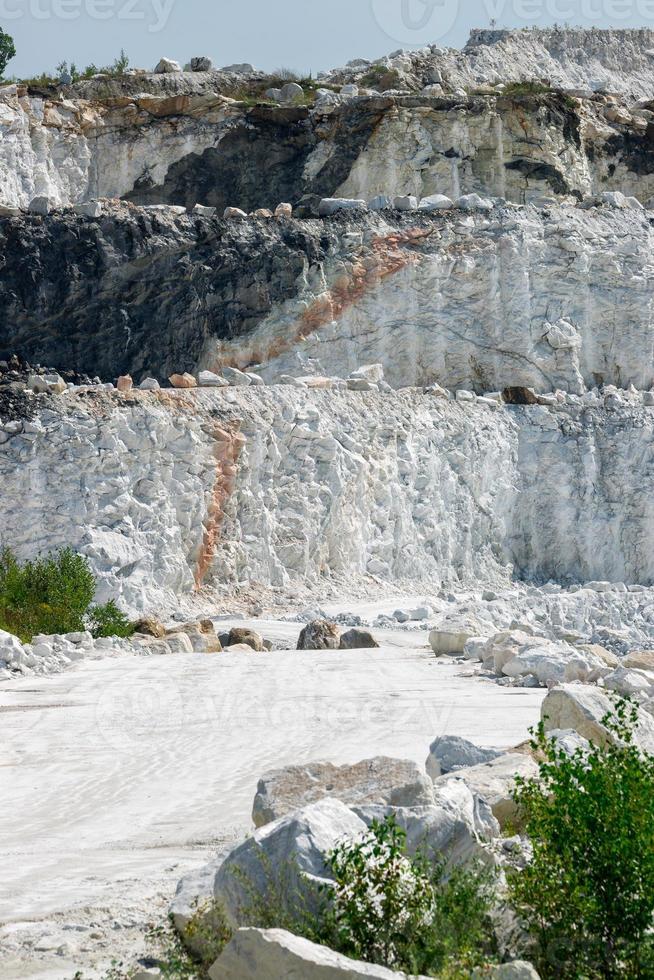 tres capas de acantilados en la mina de mármol foto