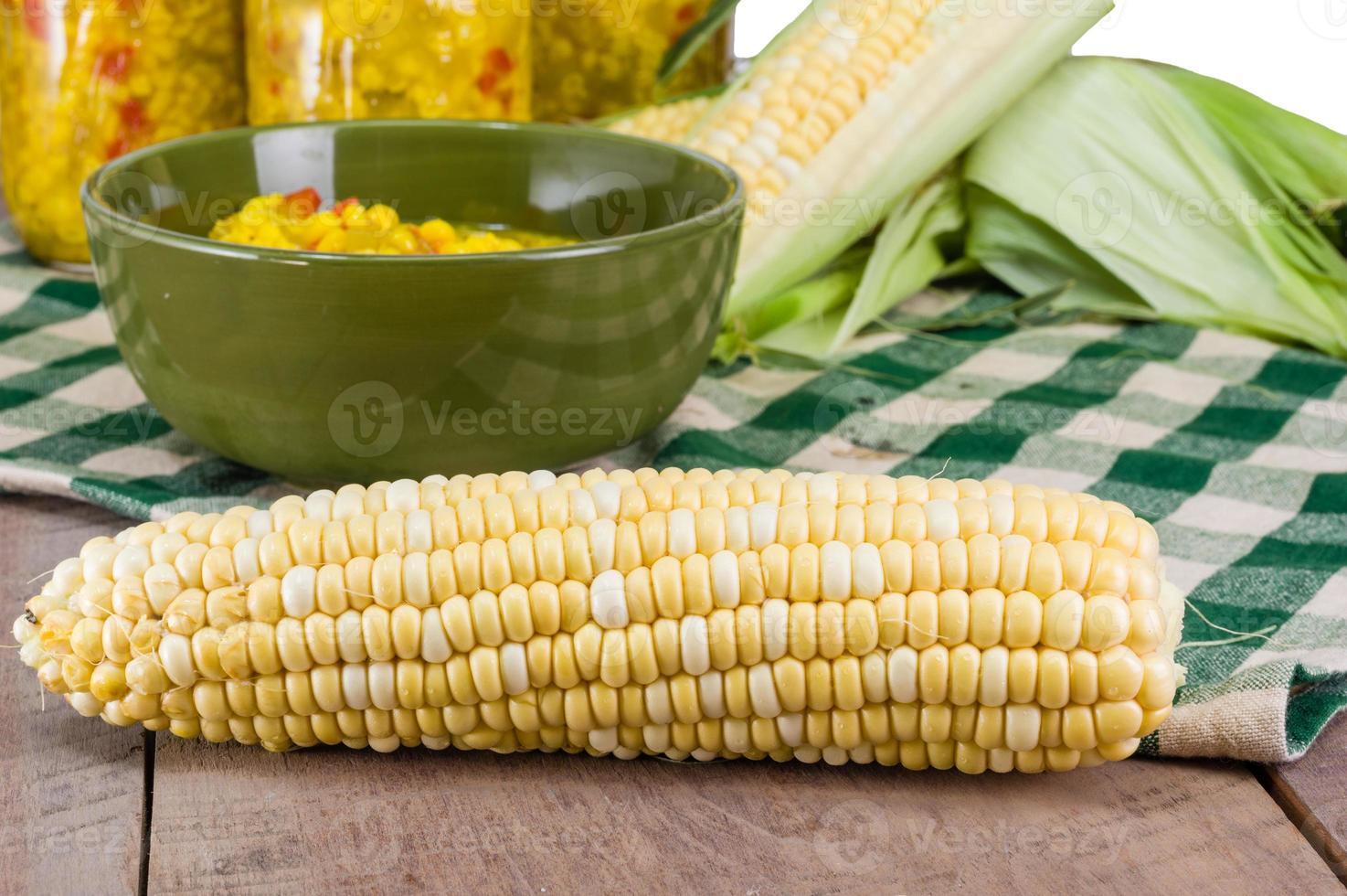 tazón de condimento de maíz fresco con maíz foto