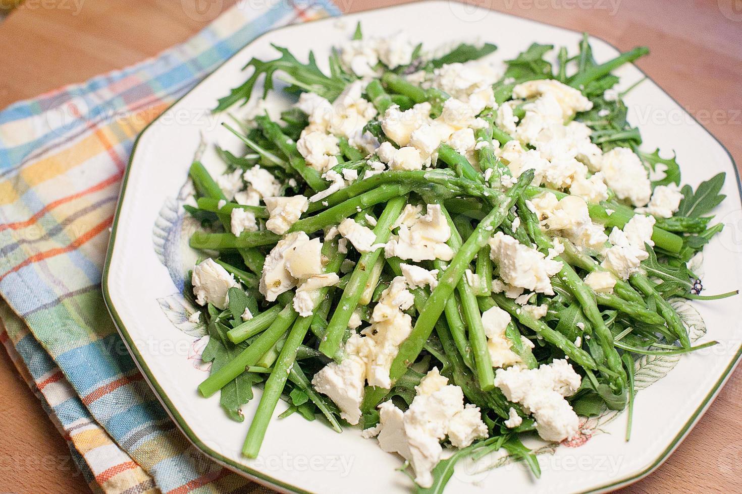 salat de espárragos y rúcula foto