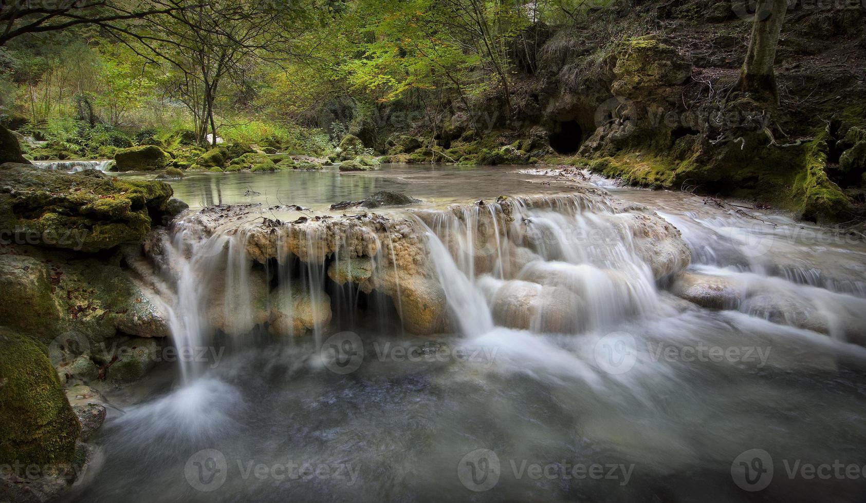 río de montaña foto