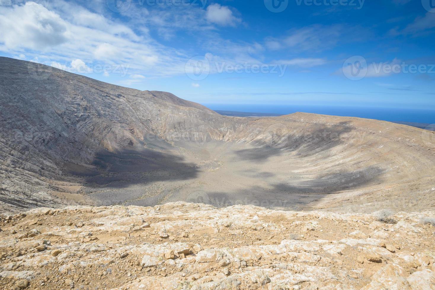 cráter blanco en lanzarote, islas canarias (españa) foto