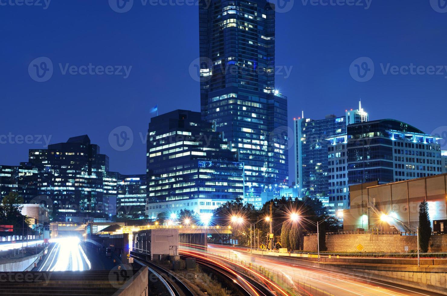 carretera iluminada en buckhead foto