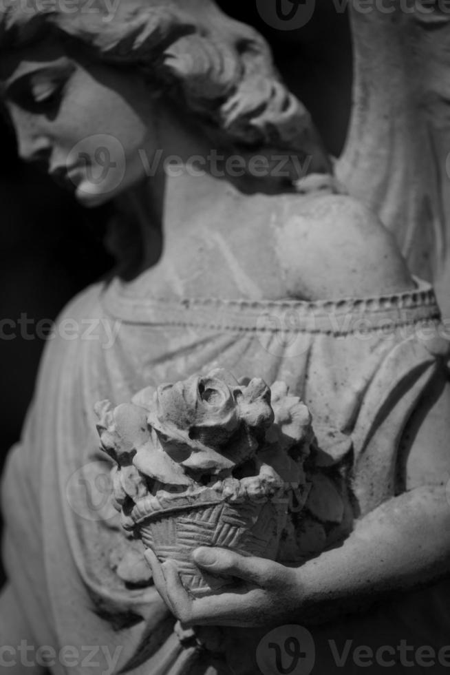 estatua del ángel en el cementerio foto