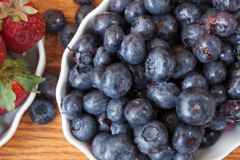 arándanos y fresas frescas y maduras foto