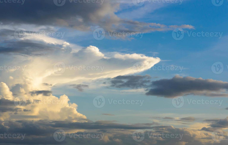 las nubes de lluvia se acumulan la luz del sol del atardecer foto